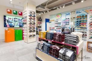 Fotografia di interni di uno store di abbigliamento AW Lab