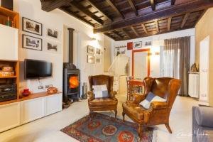 Foto di interni di un appartamento classico con soffitto in legno