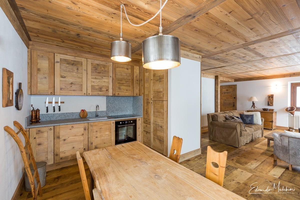 Interno di appartamento montano in legno e pietra