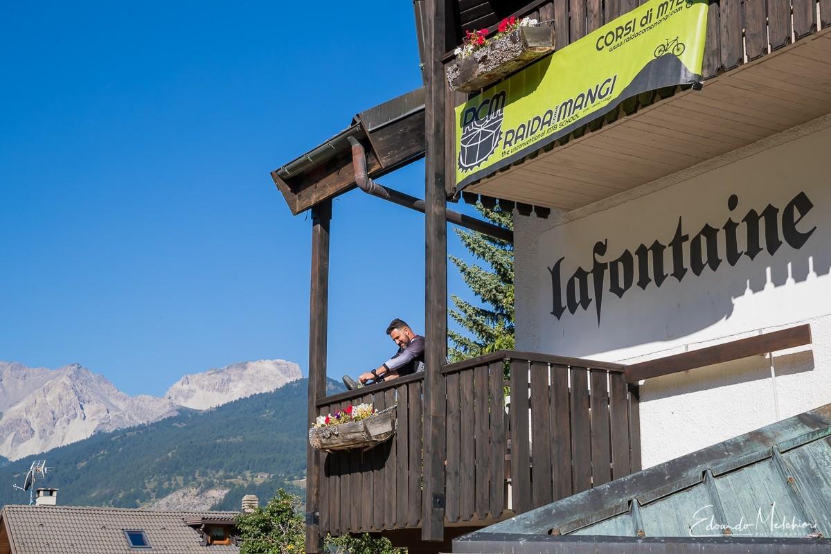 Un corsista si prepara sul balcone dell'hotel La Fontaine di Sauze d'Oulx prima dell'inizio di corso di guida in MTB.
