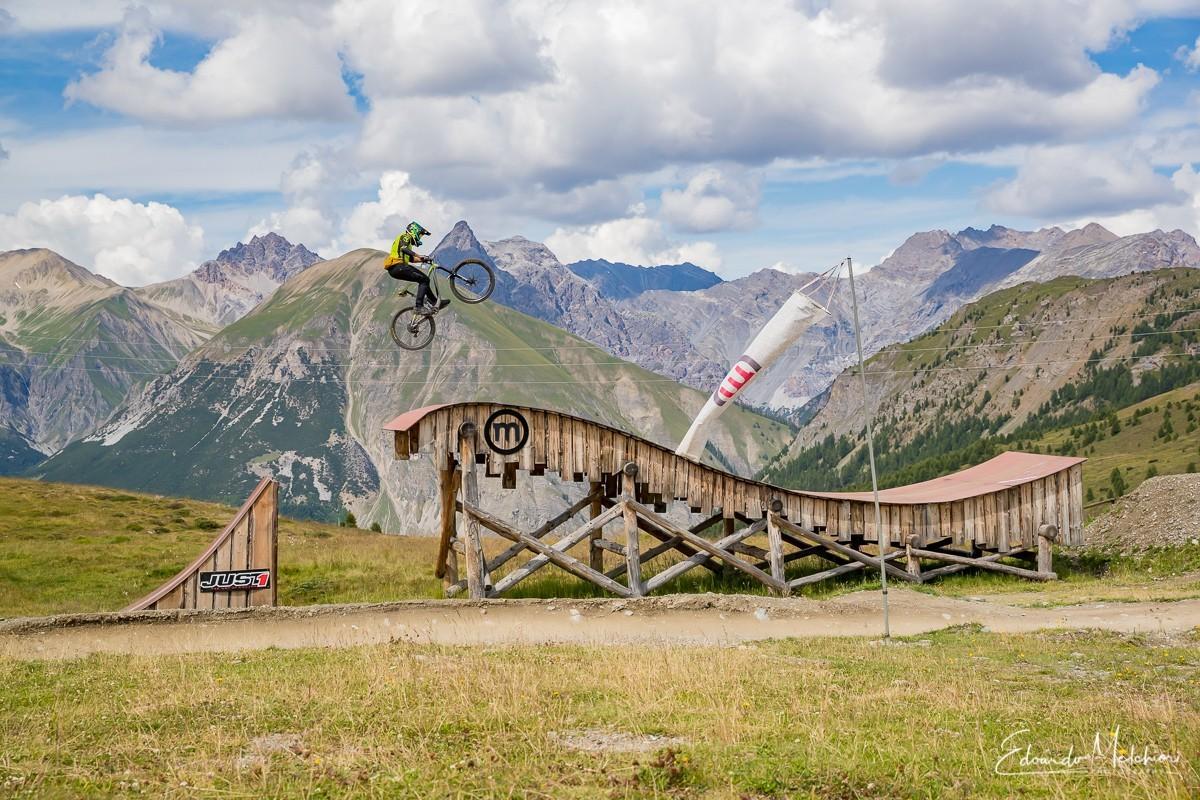 Fabio Crosetto istruttore RCM salta su una struttura in legno del bike park del Mottolino a Livigno