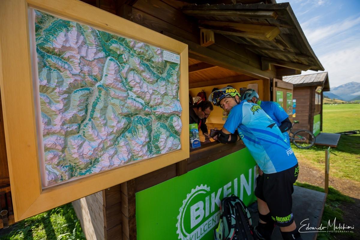 Un biker si appoggia al desk guide di Livigno durante la fase di registrazione prima della gita in MTB