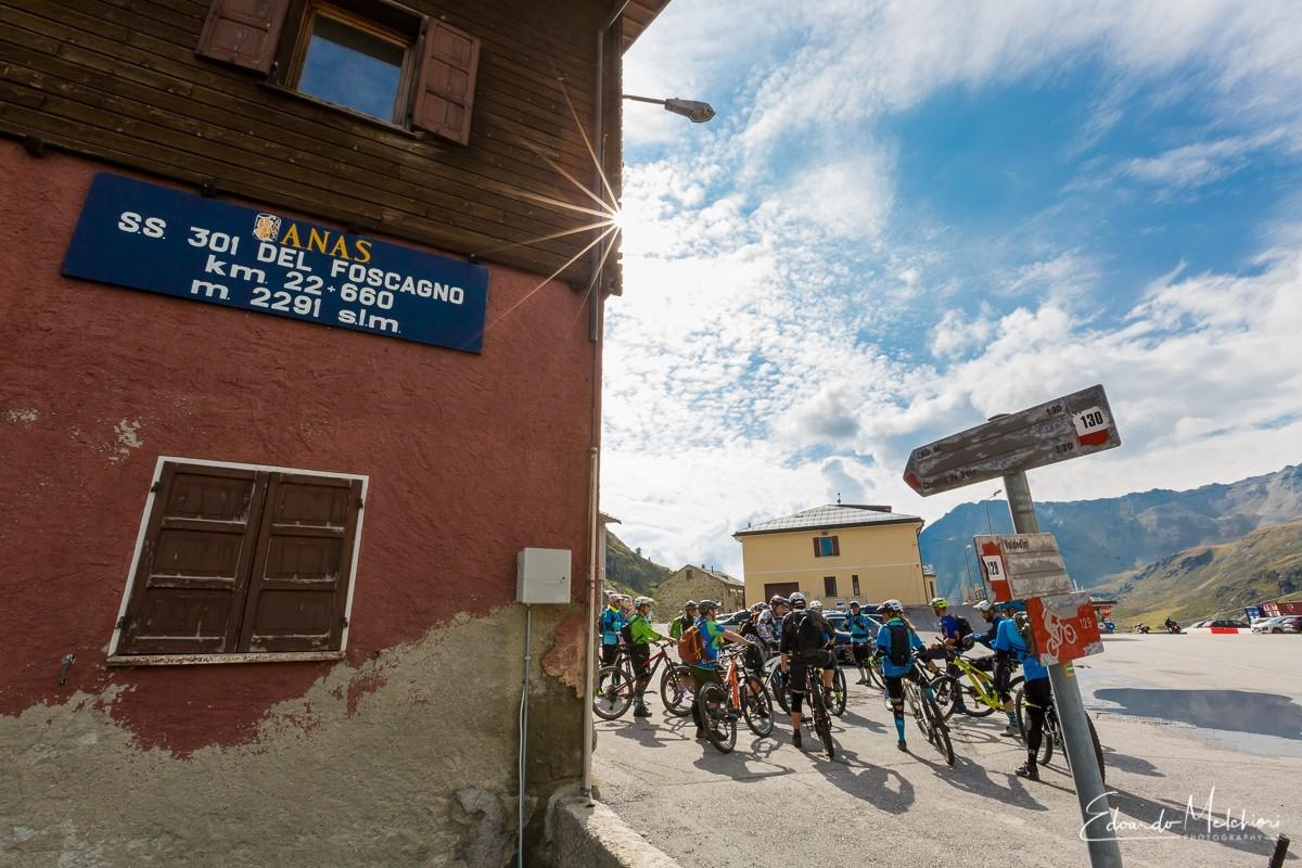 Un gruppo di biker si raccoglie per il briefing di inizio tour in MTB al Passo del Foscagno