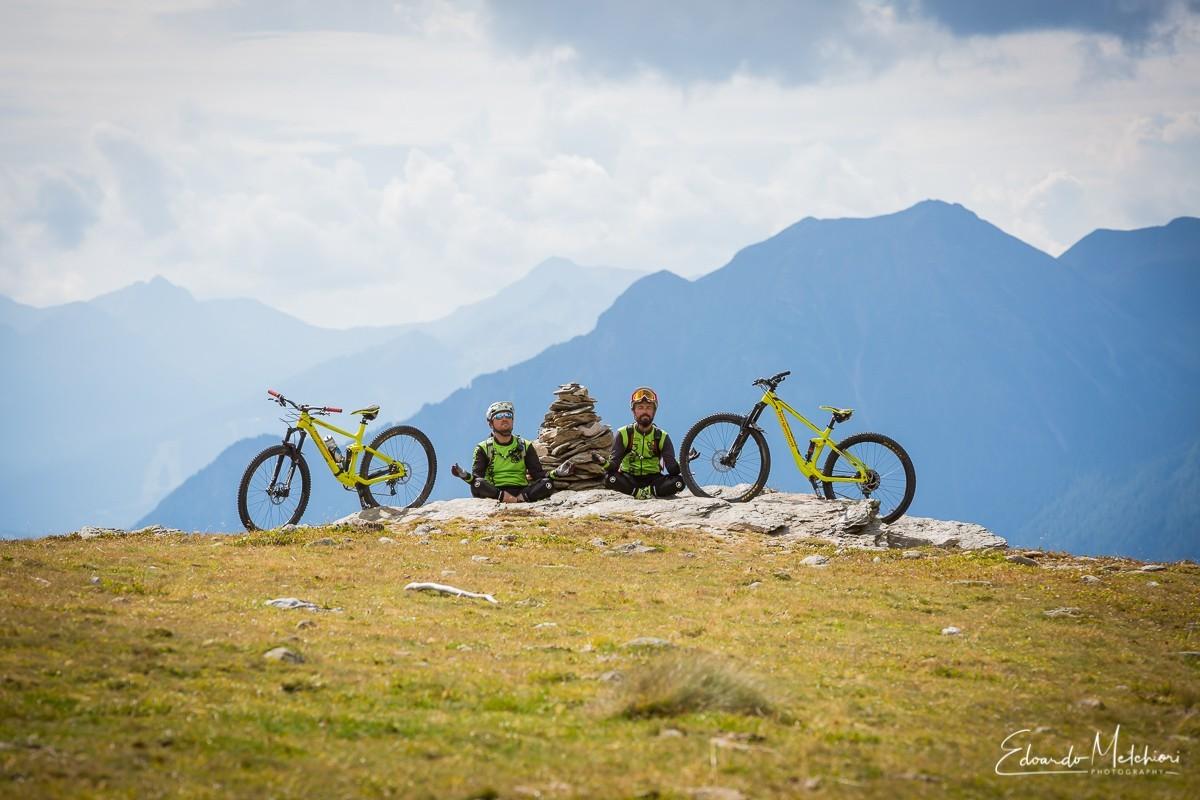 Jack Bisi e Fa' Rinaldi in posizione zen durante una pausa dell'escursione in MTB a Livigno