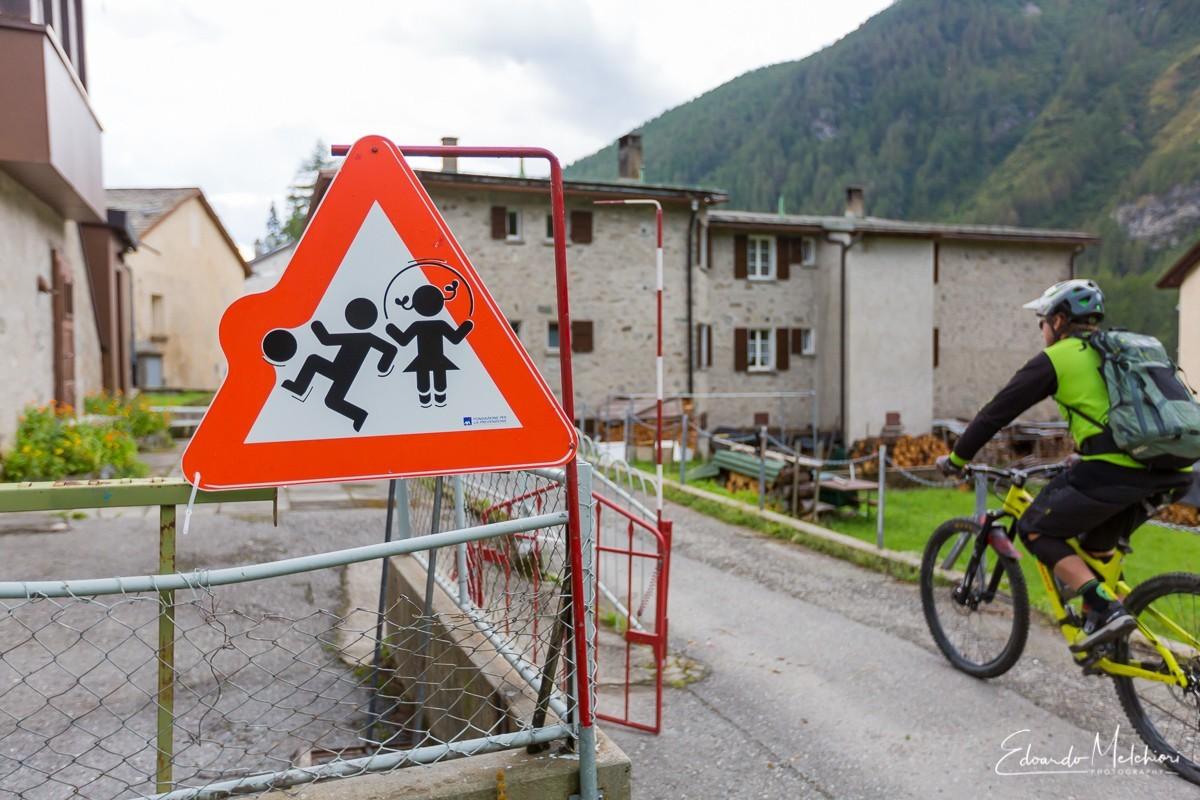 Un biker entra in un villaggio svizzero