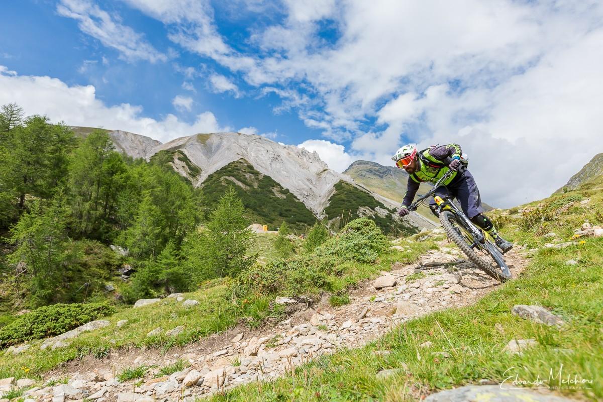 Fabio Rinaldi istruttore di MTB RCM affronta una curva durante una escursione a Livigno
